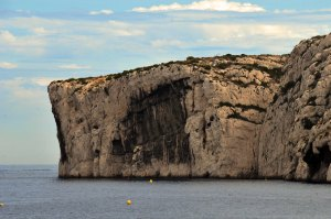 As falésias que rodeiam as Calanques. // Les falaises qui entourent les Calanques