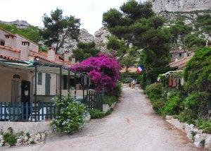 Passando pela pequena vila. // En passant par le petit village