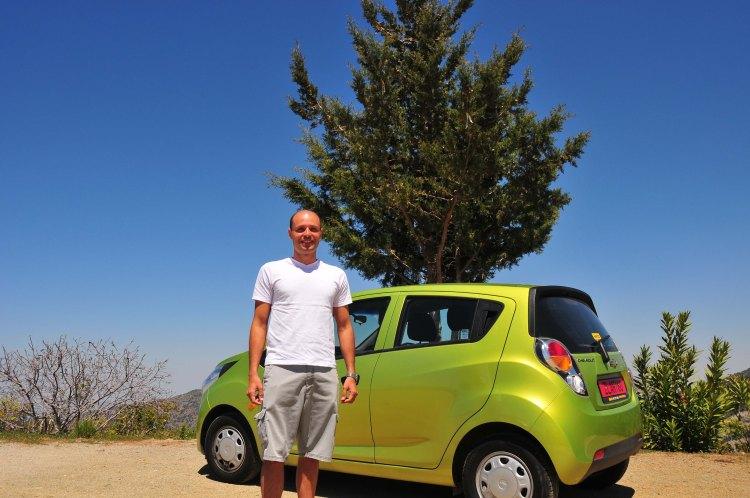 Eu e o carro alugado para deslocamento no Chypre // Moi et la voiture louée pour les déplacements à Chypre.
