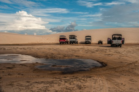 Os veículos dos grupos de turistas.